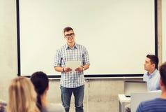 Grupa uśmiechnięci ucznie i nauczyciel w sala lekcyjnej Obrazy Stock