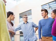 Grupa uśmiechnięci ucznie outdoors Fotografia Stock