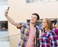 Grupa uśmiechnięci ucznie outdoors Zdjęcie Stock