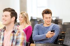 Grupa uśmiechnięci ucznie w odczytowej sala Zdjęcia Royalty Free