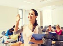 Grupa uśmiechnięci ucznie w odczytowej sala Zdjęcie Royalty Free