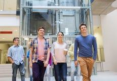 Grupa uśmiechnięci ucznie z papierowymi filiżankami Fotografia Royalty Free