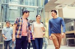 Grupa uśmiechnięci ucznie z papierowymi filiżankami Fotografia Stock