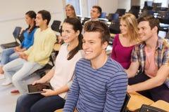 Grupa uśmiechnięci ucznie z pastylka komputerem osobistym Zdjęcia Royalty Free