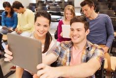 Grupa uśmiechnięci ucznie z pastylka komputerem osobistym Zdjęcie Royalty Free