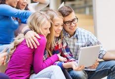 Grupa uśmiechnięci ucznie z pastylka komputerem osobistym Zdjęcie Stock