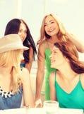Grupa uśmiechnięte dziewczyny w kawiarni na plaży Obrazy Stock