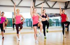 Grupa uśmiechnięte kobiety ćwiczy w gym Zdjęcie Stock