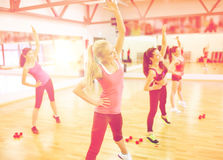 Grupa uśmiechnięte kobiety rozciąga w gym Fotografia Stock