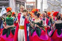 Grupa ubierający karnawałowej parady uczestnicy w Xanthi, northeastern Grecja obraz stock