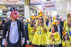 Grupa ubierający karnawałowej parady uczestnicy w Xanthi, northeastern Grecja zdjęcie stock