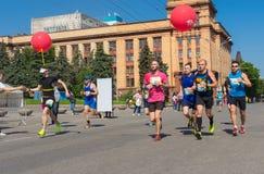 Grupa uczestnicy Interpipe Dnipro Przyrodnia Maratońska rasa na miasto ulicie Zdjęcia Royalty Free