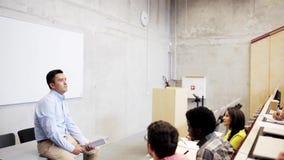 Grupa ucznie i nauczyciel w odczytowej sala zbiory wideo