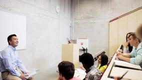 Grupa ucznie i nauczyciel w odczytowej sala zbiory
