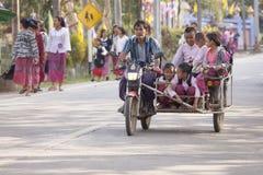 Grupa ucznie jest w Tri motocyklu plecy od szkoły Fotografia Royalty Free