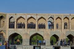 Grupa ucznie na Khaju moscie w Isfahan, Iran obrazy stock