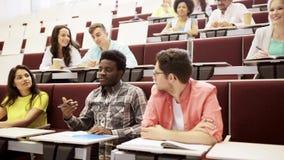 Grupa ucznie opowiada nauczyciel przy wykładem zbiory wideo