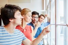 Grupa ucznie patrzeje dla biznesowych pomysłów zdjęcia royalty free