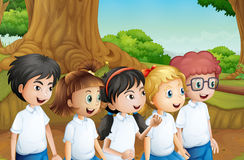 Grupa ucznie przy lasem ilustracji