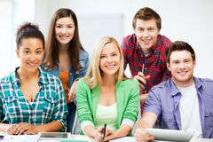 Grupa ucznie przy szkołą Zdjęcia Stock
