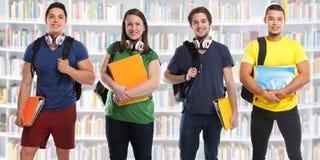 Grupa ucznie studiuje edukacja sztandaru bibliotecznych młodzi ludzie zdjęcia royalty free