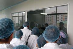 Grupa ucznie w laboratorium obraz stock