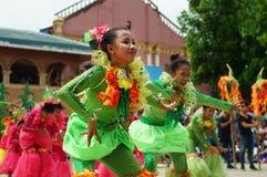 Grupa uliczni tancerze w różnorodnych kostiumach tanczy przy kościelnym placem Zdjęcia Stock