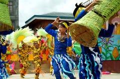 Grupa uliczni tancerze w różnorodnych kostiumach tanczy przy kościelnym placem Obrazy Royalty Free