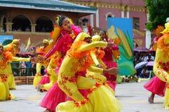 Grupa uliczni tancerze w różnorodnych kostiumach tanczy przy kościelnym placem Obraz Stock