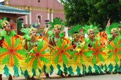 Grupa uliczni tancerze w różnorodnych kostiumach tanczy przy kościelnym placem Fotografia Stock