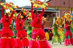 Grupa uliczni tancerze w różnorodnych kostiumach tanczy przy kościelnym placem Zdjęcie Royalty Free