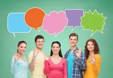 Grupa uśmiechnięci nastolatkowie z teksta bąblem Fotografia Royalty Free