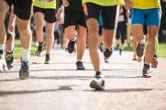 Grupa unrecognizable biegacze outdoors Długodystansowy bieg Obrazy Stock