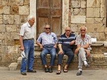 Grupa Włoski mężczyzna siedzieć outside i dyskutować znacząco zagadnienia Fotografia Stock