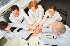 Grupa w drużynowego budynku konwersatorium obrazy royalty free