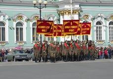 Grupa w postaci żołnierzy wielka Patriotyczna wojna z sztandarami wojskowych przody w próbie parada na cześć Vi Zdjęcia Royalty Free