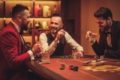 Grupa warstwa wyższa mężczyzna bawić się grzebaka w dżentelmenu ` s klubie obraz royalty free