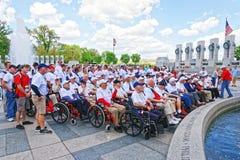 Grupa weterani przy filarami na Krajowym wojna światowa pomniku Obrazy Stock