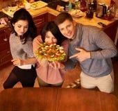 Grupa wielo- etniczni młodzi przyjaciele w kuchni przygotowywa dla przyjęcia Zdjęcie Royalty Free