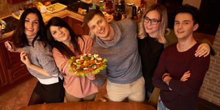 Grupa wielo- etniczni młodzi przyjaciele w kuchni przygotowywa dla przyjęcia Obraz Royalty Free