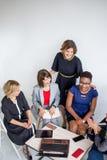 Grupa wieloetniczna kobiety drużyna pracuje w biurze obrazy royalty free