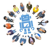 Grupa Wieloetniczni ludzie Przyglądający z robota symbolem Up Obrazy Stock