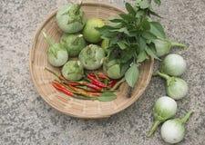 Grupa świezi warzywa w koszu chili pieprze, zielony e Obraz Royalty Free