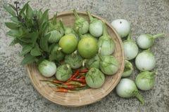 Grupa świezi warzywa w koszu chili pieprze, zielony e Obrazy Stock