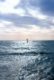 Grupa windsurfers na deskach w falistym morzu Zdjęcia Royalty Free