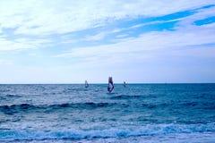 Grupa windsurfers na deskach w falistym morzu Obraz Stock