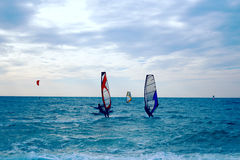 Grupa windsurfers na deskach w falistym morzu Fotografia Stock