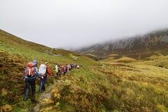 Grupa wycieczkowicze w Snowdonia parku narodowym w Walia Zdjęcie Royalty Free