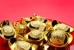 Grupa złoci ingots na czerwonej tacy przy czerwonym tłem Chińczyk nowy Fotografia Royalty Free
