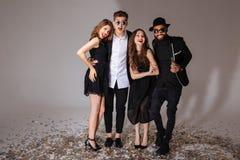 Grupa z podnieceniem uśmiechnięci młodzi przyjaciele obraz royalty free